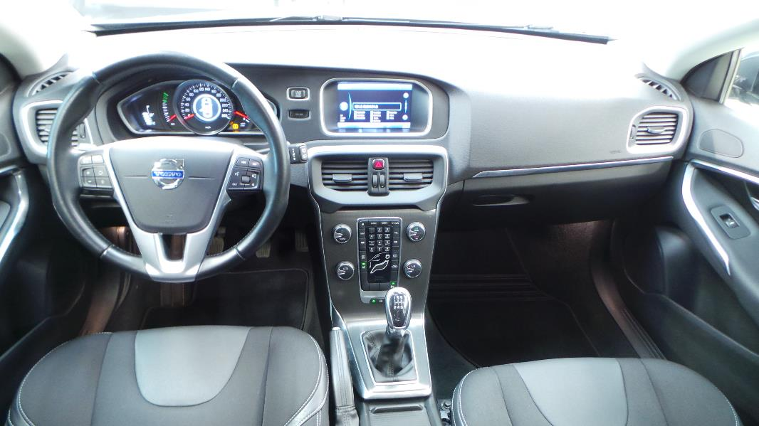 https://www.ora7.fr/occasions-volvo/lyon/15727/photo/hd/volvo-v40-interieur-3.jpg